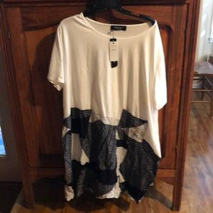 Whit trendy T-shirt with patchwork on the bottom